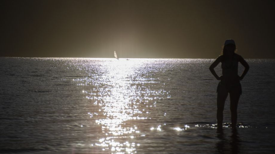 Turistas eligen pasar el  verano en el lago Lolog, de San Martín de los Andes. Foto: Patricio Rodríguez.-