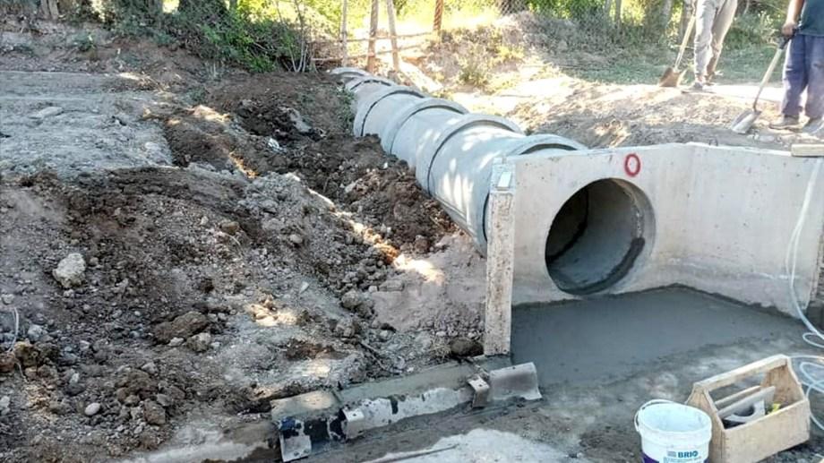 Se está entubando una descarga pluvial para mejorar la circulación en una bicisenda en Godoy. (Foto Néstor Salas)