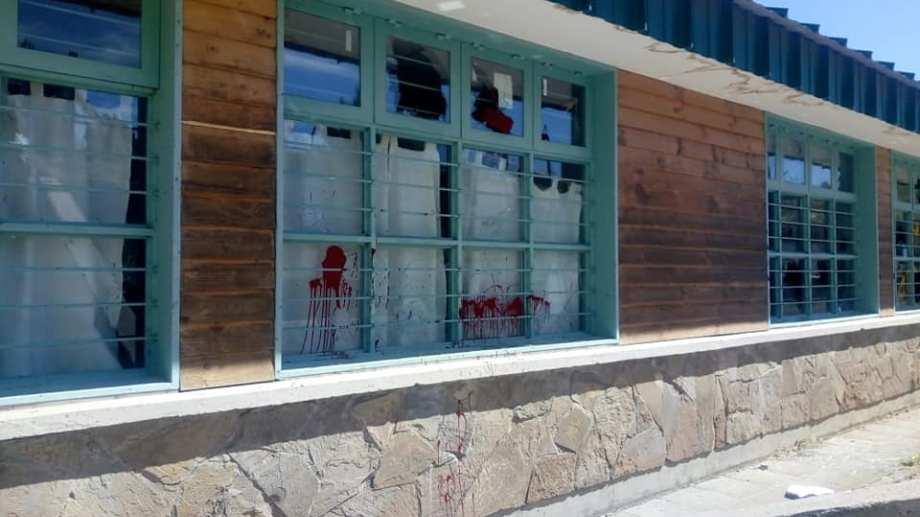 Causaron varios destrozos en una escuela de San Martín de los Andes. (Foto: Gentileza Aten San Martín de los Andes).