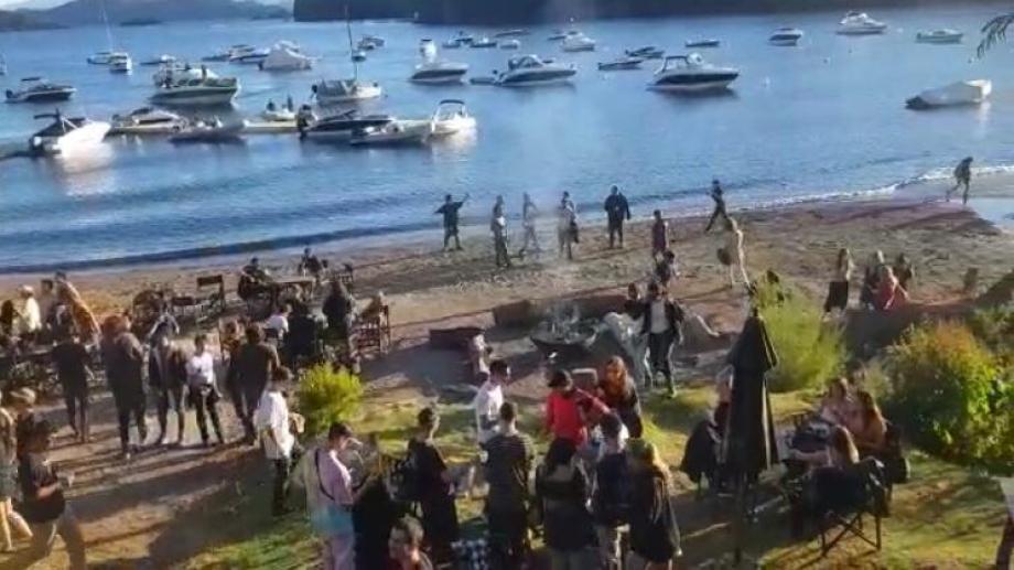 La última fiesta detectada es la que se desarrollaba en un bar de playa de Bahía Manzano. (Foto: gentileza)