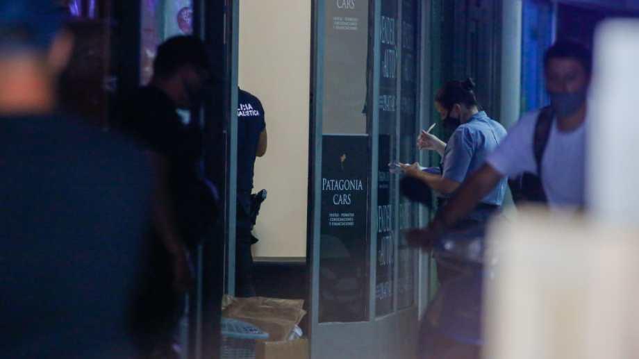 Personal de la policía realiza pericias en el interior de la galería. (fotos: Juan Thomes)