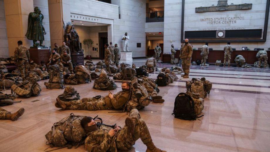 Los efectivos permanecen en el Congreso estadounidense, alertas ante posibles nuevas invasiones. Foto: AP.-