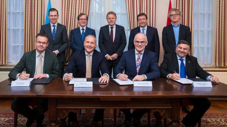 El CEO de Invap, Vicente Campenni, y el entonces gobernador Weretilneck en la firma del acuerdo con Holanda.