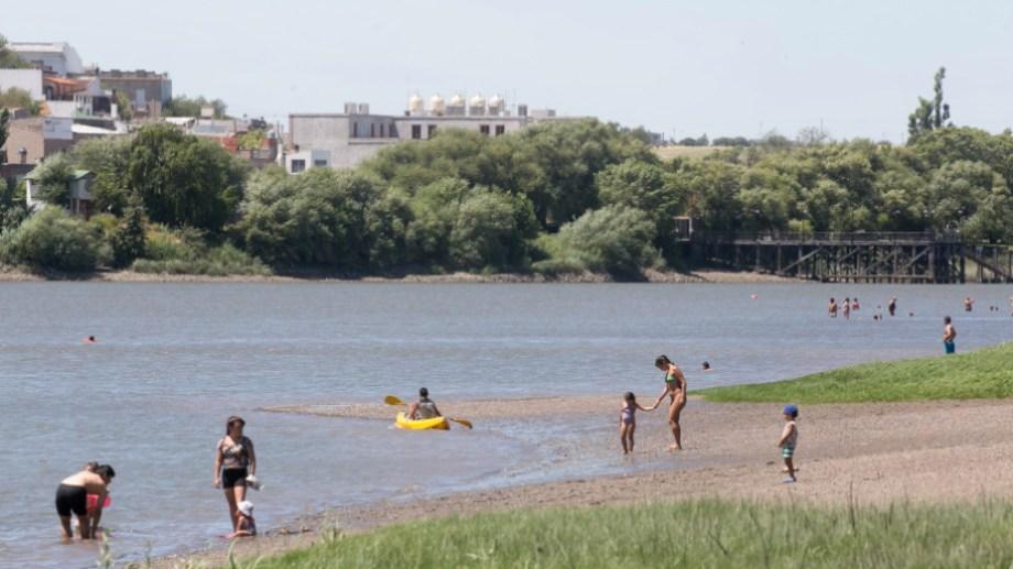 El río Negro suele ser el elegido entre los viedmenses para pasar el calor. Foto: Pablo Leguizamon