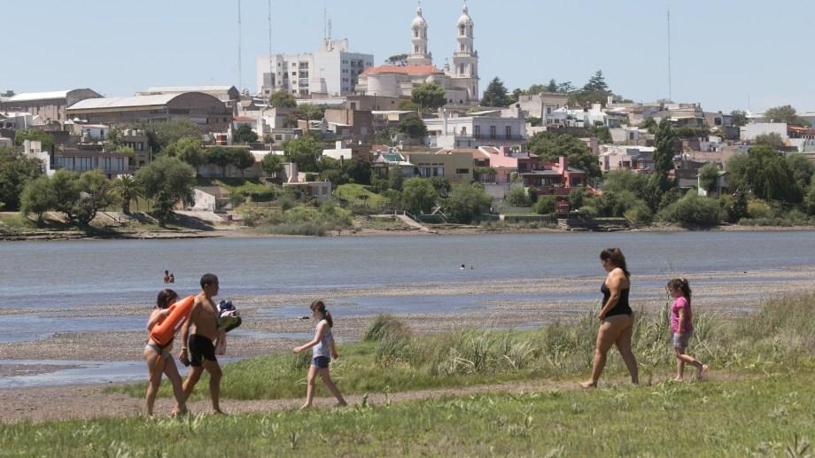 El río Negro invita en una jornada agobiante en el Valle Inferior. Foto: Pablo Leguizamón.