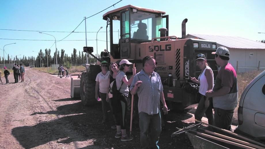 El grupo de vecinos no solo se encarga de alentar diversos proyectos, sino que también se distribuye las tareas a realizar en el barrio.
