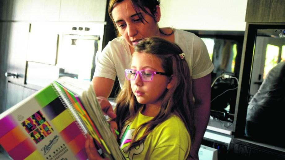 Las mamás, convertidas en las nuevas docentes del sistema educativo para ayudar a sus hijos. (Foto César Izza)