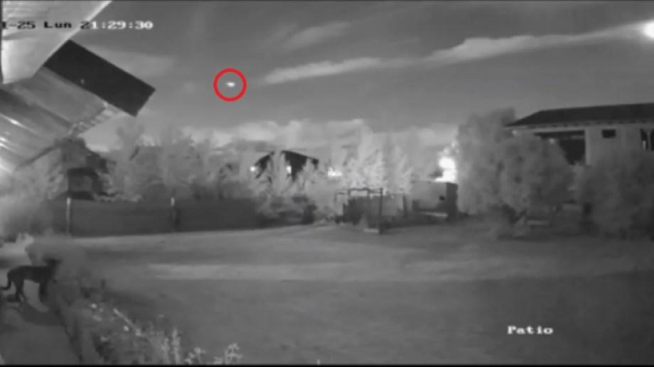 Así registró el meteorito la cámara de seguridad de una casa de Bariloche. (Captura).-