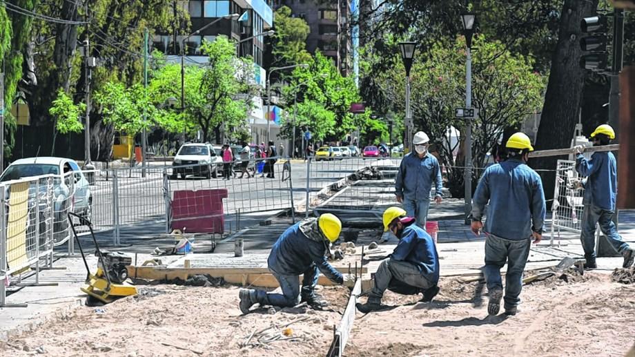 El lunes, el jefe comunal neuquino firmó decretos para que casi 600 trabajadores contratados pasen a planta permanente.
