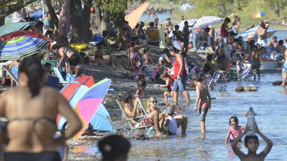 Los balnearios de la capital neuquina se llenaron de gente que buscó resguardarse del calor. (Foto: Yamil Regules)