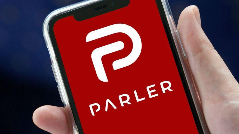 Tras la sanción de varias redes sociales a Trump, Parler registró un aumento de usuarios sin precedentes, pero debido a los violentos mensajes se quedó sin ningún respaldo.