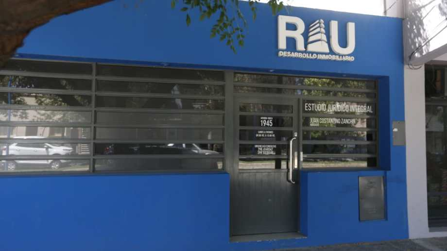 La sede del estudio jurídico y de la inmobiliaria se encuentra en avenida Roca, a pasos de Gadano.