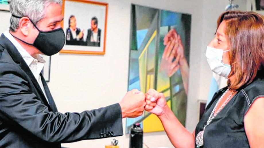 La gobernadora Carreras y el ministro Ferraresi tras la firma del acuerdo en Buenos Aires. Foto: gentileza.