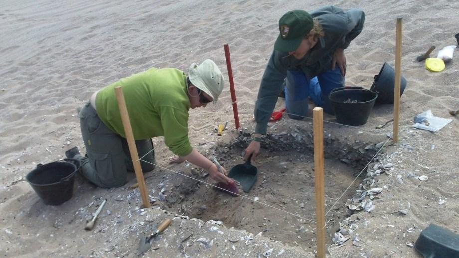 En la costa de Sierra Grande, un grupo de arqueólogos excavó sitios y encontró diversos artefactos de pobladores de hace 6.000 años