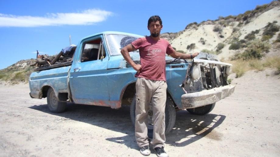"""""""Me contactó una gestora, y apareció el que me vendió la camioneta"""" . Lo confirmó, con entusiasmo, Cristian Firmapaz a Río Negro. La gestora se ofreció de manera voluntaria a través de las redes sociales. Eso permitirá que obtenga la transferencia, que era lo que impedía que la empresa se llevara el vehículo para restaurarlo. Foto: Luciano Cutrera."""