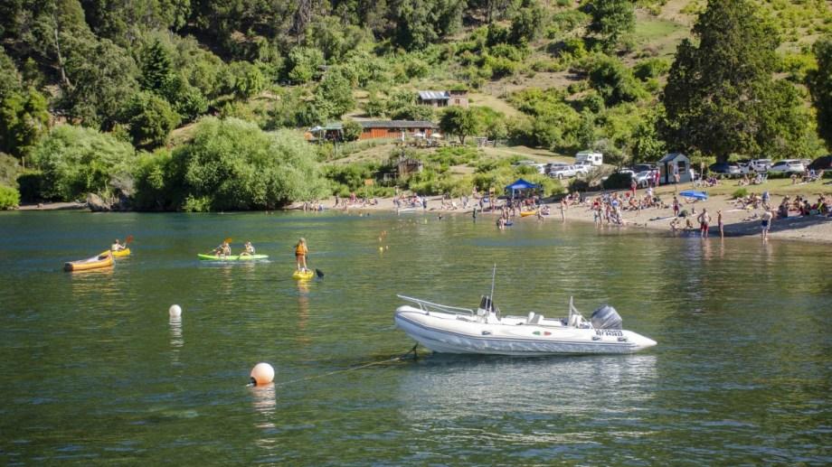 Quila Quina a pleno: deportes acuáticos, aguas transparentes, playa de cara al Lácar y bosque. Foto: Patricio Rodríguez.