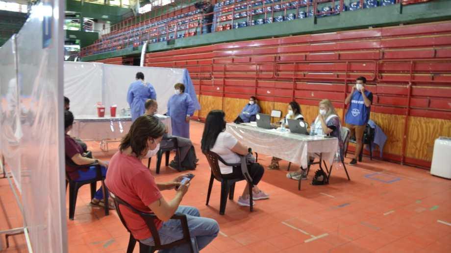 El Estadio Ruca Che de Neuquén volvió a ser uno de los puntos de vacunación. (Foto: Yamil Regules)
