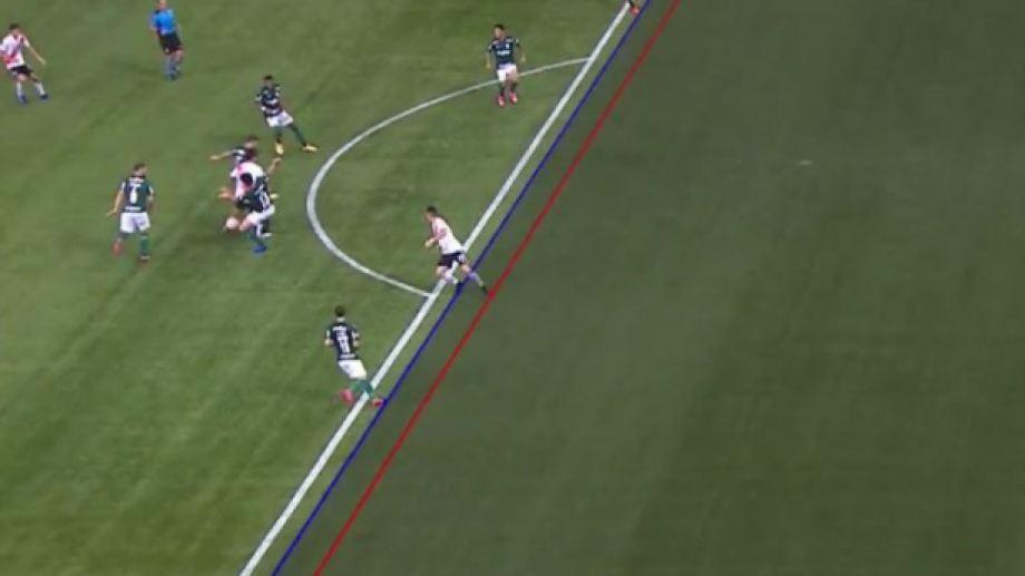 La jugada más fina, cuando Enzo Pérez traba con dos rivales y la pelota deriva en Borré.