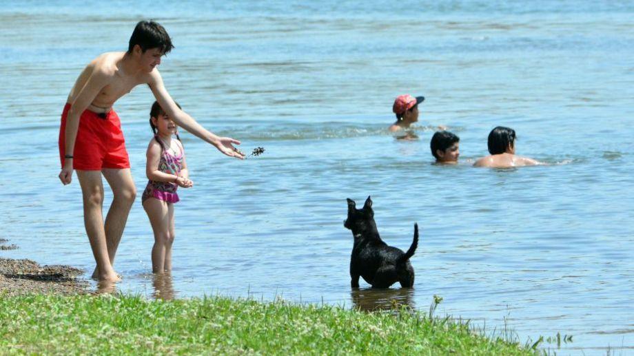 El río Negro surge como opción para pasar el verano, ante la imposibilidad de irse muy lejos. Foto: Marcelo Ochoa.-