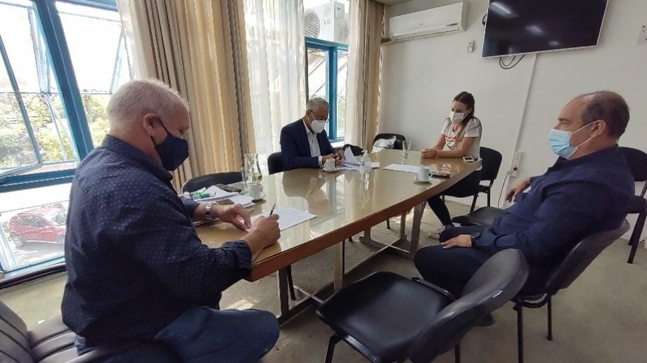 El acuerdo fue firmado por el ministro Zgaib y Pablo Ca, gerente del centro de distribución de la firma en Bahía Blanca.