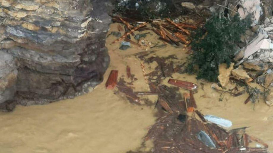 Las imágenes impresionaron a los vecinos de la zona, ya que los ataúdes quedaron flotando.-