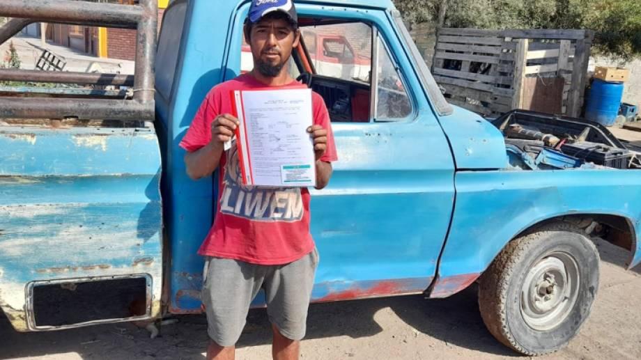 Cristian Firmapaz y los papeles de su F-100 días atrás en San Antonio, cuando pudo finalmente concretar la transferencia a su nombre de la camioneta, lo que le solicitaba la automotriz para encarar la restauración.