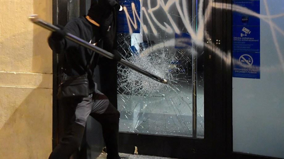 Cerca de 1.000 manifestantes protestaron en Barcelona, donde fueron apedreadas las vidrieras de los negocios.