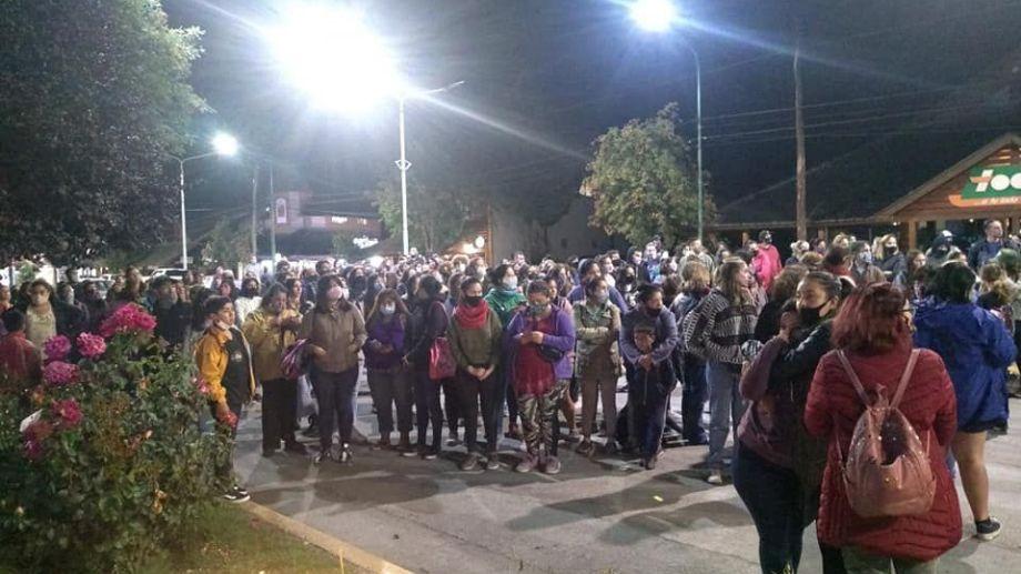 Anoche hubo una manifestación frente a la comisaría de Villa La Angostura. Trascendió que Guadalupe ya había denunciado a su ex. (Gentileza Diario Andino).-