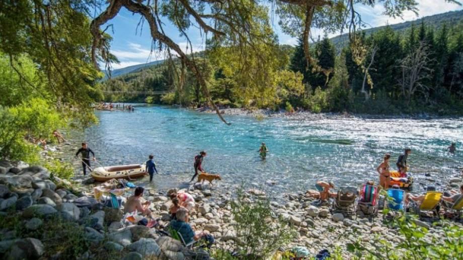 El río Azul bordea a esta atrapante comunidad patagónica. Se puede pasear por sus márgenes y disfrutar de sus playas.