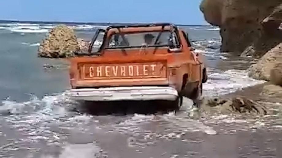 Un usuario de Tik Tok subió este video: una camioneta Chevrolet se mete en el mismo lugar que la F-100 del pulpero en Las Grutas.