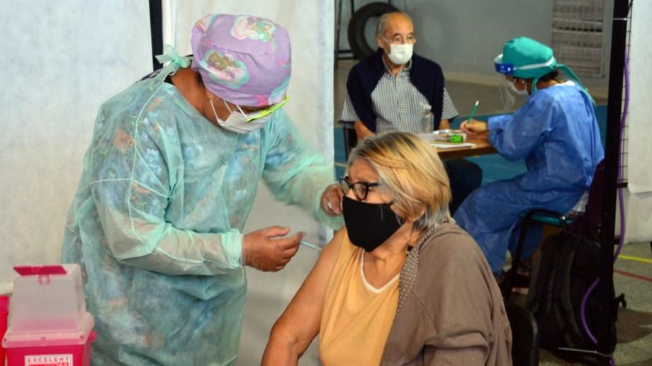 En el gimnasio municipal Fioravanti Ruggeri se realiza la campaña de vacunación para los adultos mayores. Fotos: Marcelo Ochoa.