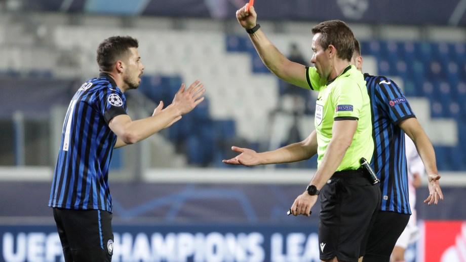 El árbitro Tobias Stieler expulsó injustamente a Remo Freuler del Atalanta.