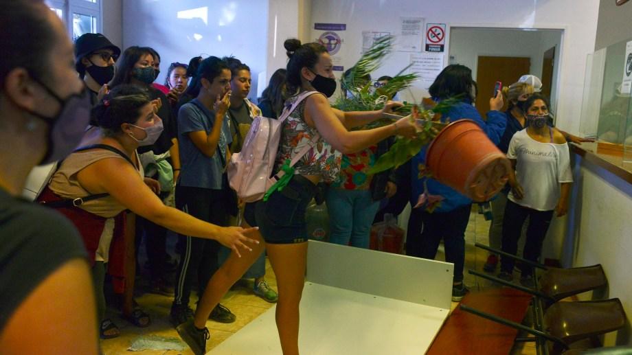 La manifestación en La Angostura ocupó la sede judicial. Foto archivo: Alfredo Leiva