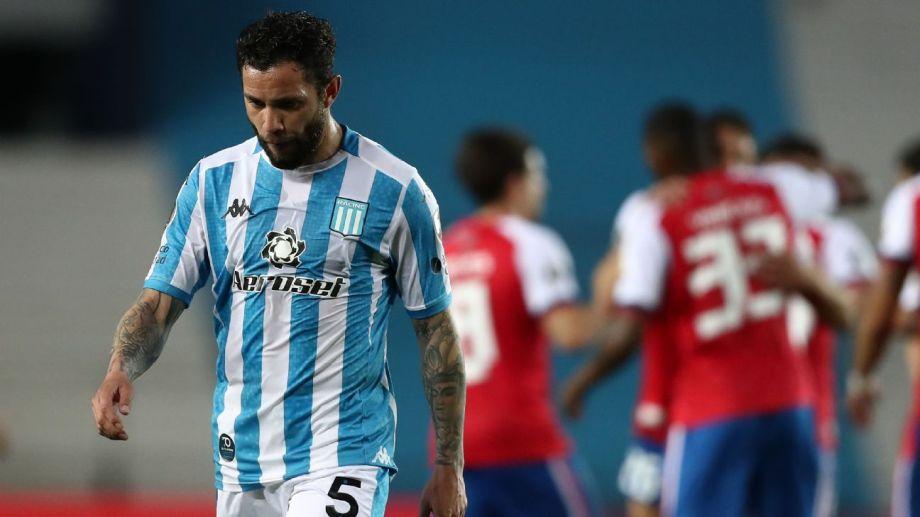 El defensor chileno dio positivo luego de hisoparse el domingo pasado.