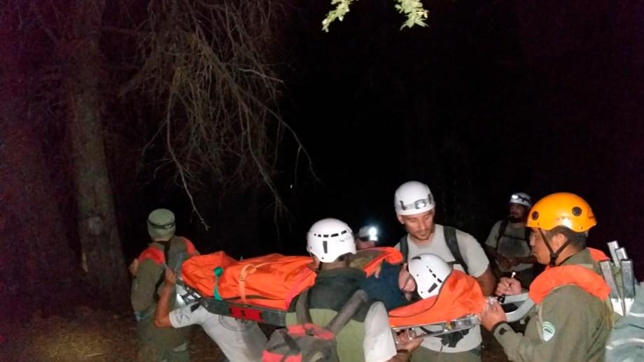 Los rescatistas de parques y Club Andino Bariloche realizaron una evacuación de la montaña esta madrugada. Gentileza