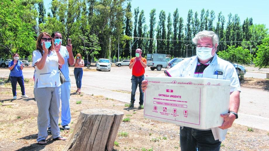 Las primeras dosis se guardaron en Allen y de allí partieron a cada ciudad de la provincia. (Foto: Juan Thomes)