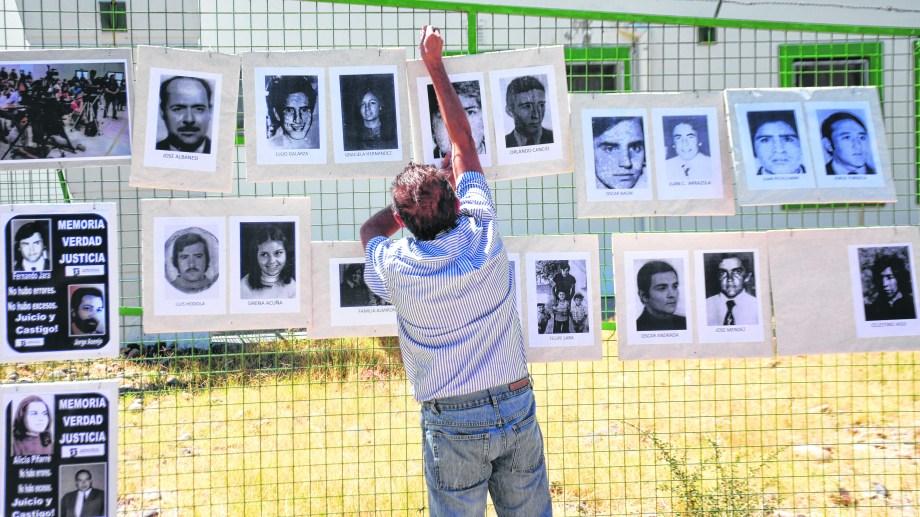 En el exterior del salón donde se juzga a los genocidas hubo instalaciones de los organismos de derechos humanos.  (Florencia Salto)