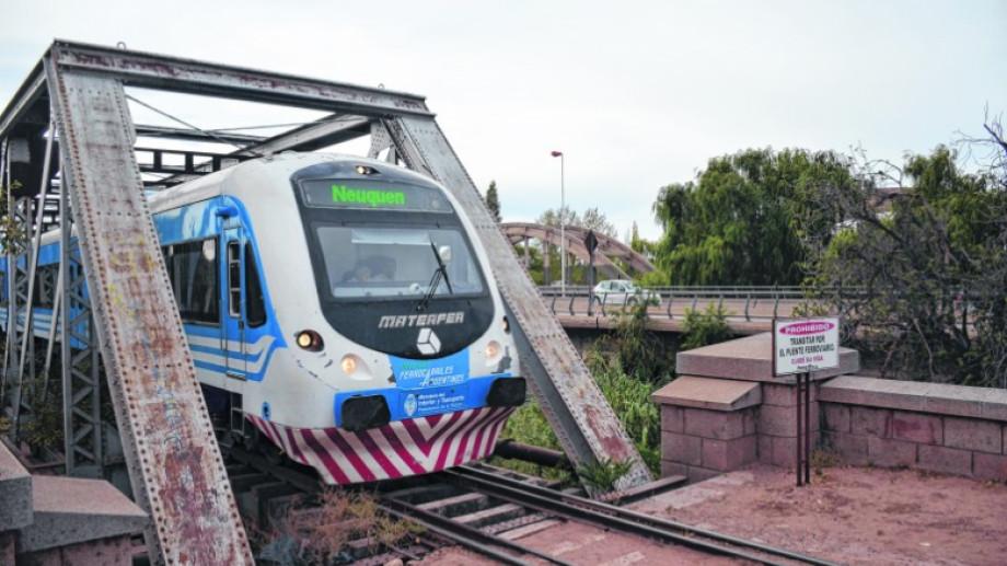 El tren es una de las alternativas para esquivar los cortes de puente entre Neuquén y Cipolletti.  (archivo)