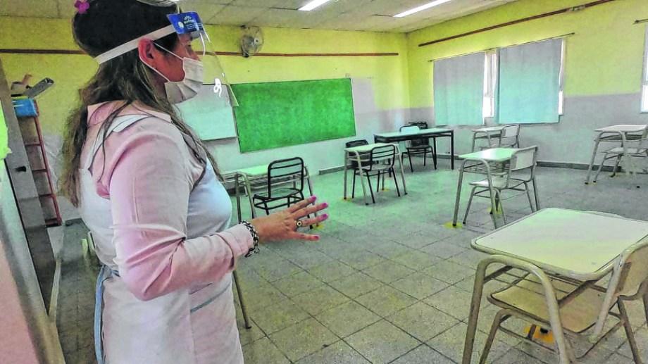 Elementos de protección personal y espacios delimitados en la Escuela 362 de Las Grutas. En la 184 el inicio fue más complejo. Foto: Martín Brunella