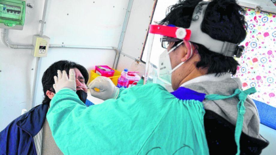 Los hisopados son una de las herramientas útiles para la detección del virus. Foto : Marcelo Ochoa.-
