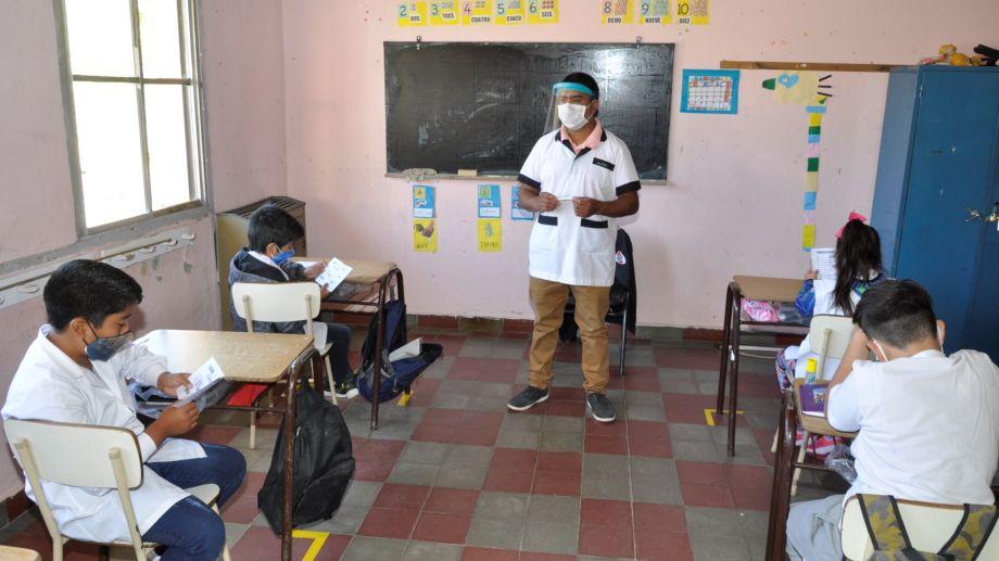 Barbijo para todos los alumnos, máscara adicional para el docente. La nueva imagen de las aulas.