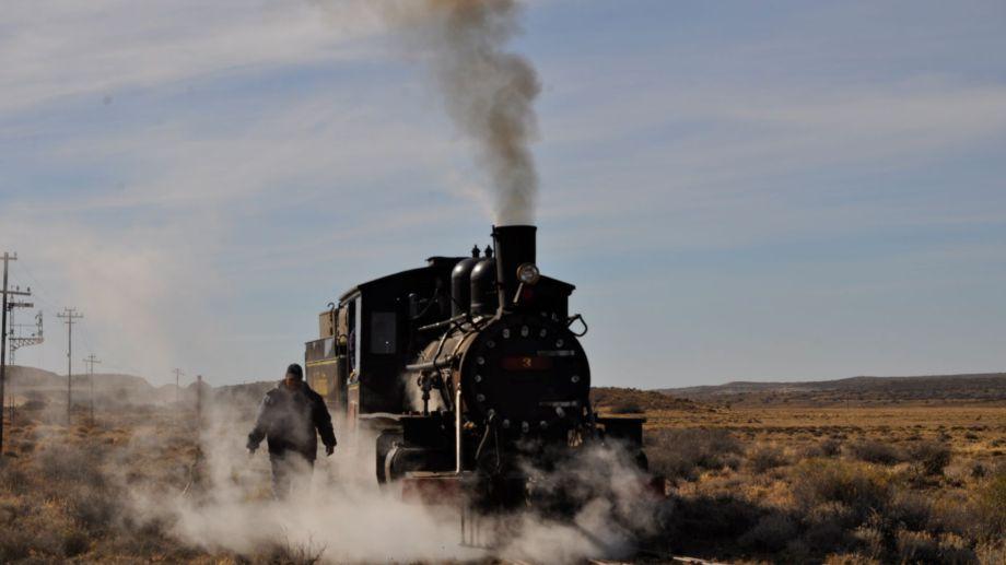 La imponente locomotora marchando y Juan emergiendo del vapor que la hace funcionar. El sábado 23 de enero volvió a surcar la meseta patagónica.  Foto: José Mellado.