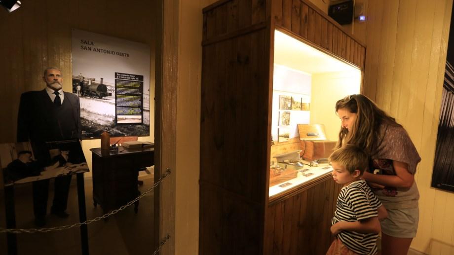 El museo Jaccobaci posee 10 salas en las que pueden apreciarse muestras de geología, paleontología, etnografía y biodiversidad de monte y del entorno marino. A través de la visita, se permite aprender a conocer más sobre los animales prehistóricos y sobre las comunidades humanas que han vivido en la región de Patagonia Norte