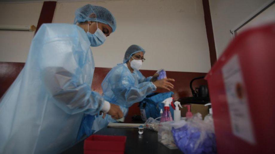 Personal de Salud atiende en la primera línea, haciendo test y en internaciones.-