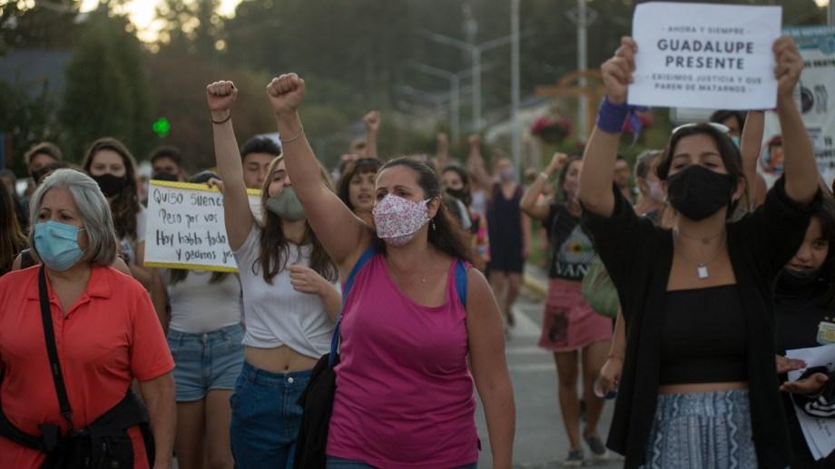 Nueva movilización por las calles de Villa La Angostura. Foto: Marcelo Martinez