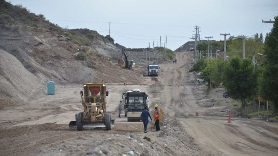 Las obras en la calle Huilen, en el noroeste de Neuquén capital, son clave para la conectividad con los nuevos desarrollos urbanos. Foto: Yamil Regules.