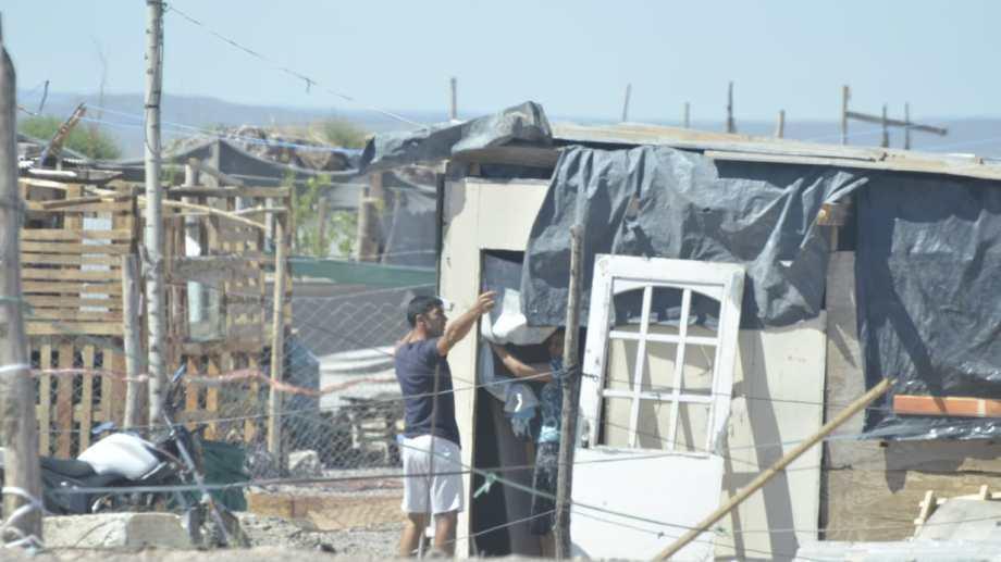 Cientos de familias continúan viviendo en las inmediaciones de Casimiro Gómez y la nueva ruta 22 (foto Yamil Regules)