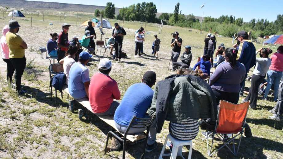 37 familias iniciaron una toma de terrenos en Zapala, pero llegaron a un acuerdo con el Municipio. (Gentileza).-