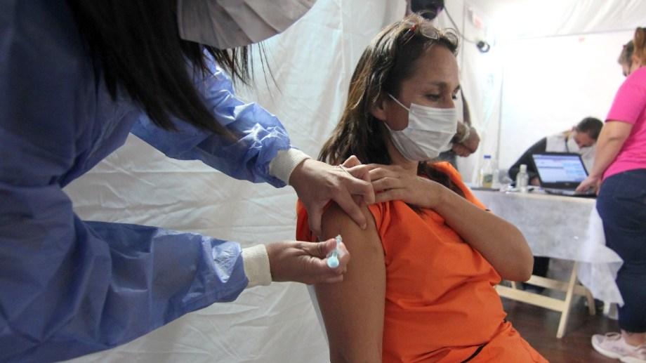 La vacunación en la ex U9 se realiza desde la semana pasada por la mañana y de acuerdo a la cantidad de dosis (foto Oscar Livera)