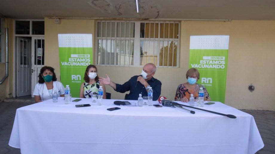 El ministro de Salud dio una conferencia de prensa en el hospital local. Foto Juan Thomes.